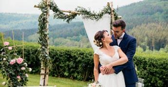 Hochzeitstorte steht auf einer Schaukel
