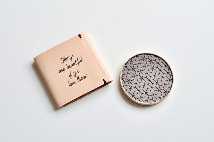 Holzspiegel in rosa Lederumschlag mit Gravur