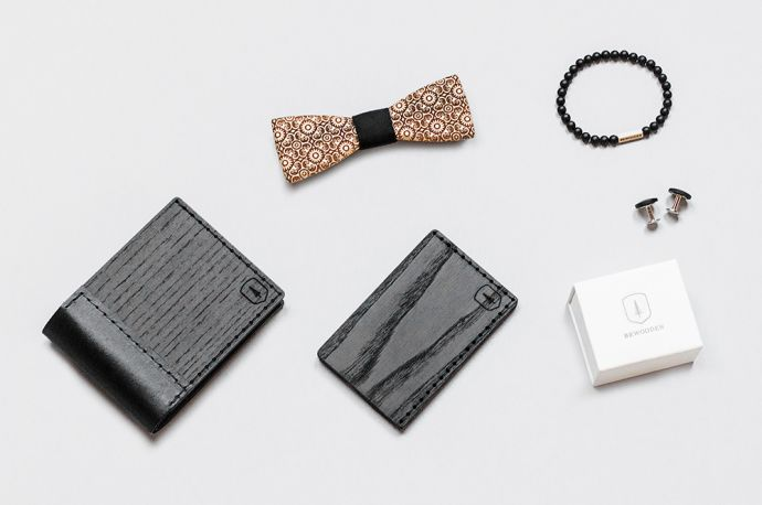 Eine Kombination aus dem BeWoooden Nox Tenebra Holzportemonnaie, der Bellis Holzfliege, dem Tenebra Note Kartenhalter, dem Bellis Armband und den Manschettenknöpfen