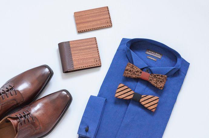 Ein Foto von einem blauen Hemd mit Holzfliegen, dem Red Virilia Holzportemonnaie und dem Kartenhalter