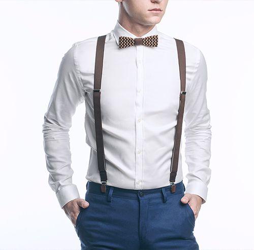 Ein Mann im Hemd mit einer Holzfliege und stilvollen Herren-Shorts