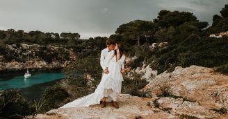 Welche Outfits passen zu Hochzeiten in Kirche oder an der frischen Luft?