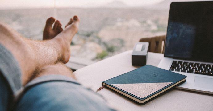 Ein Mann am Tisch mit dem Notizbuch BeWooden Ocean Notebook