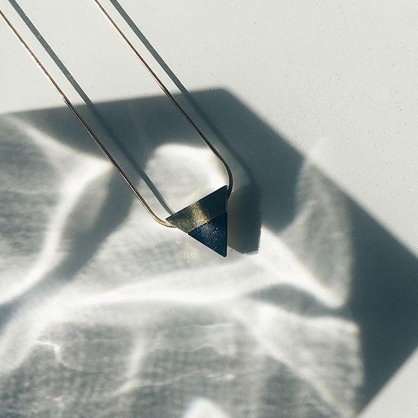 Ein Silberschmuck mit Details aus Holz