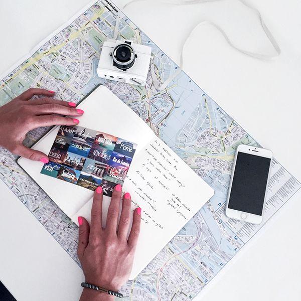 Das Notizbuch Ocean Notebook liegt auf einem Stadtplan