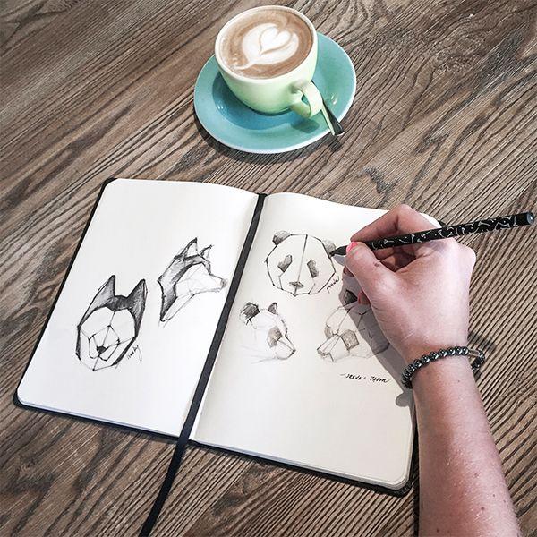 Eine Frau im Café schreibt in das BeWooden Notizbuch