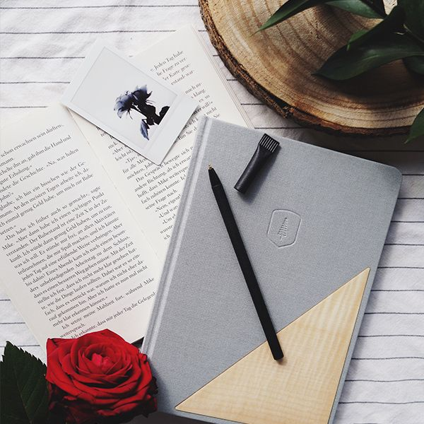 Das Notebook liegt neben einem Buch