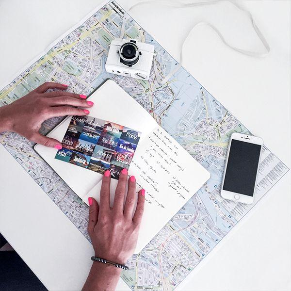 Eine Frau hält eine Postkarte über das Notizbuch von BeWooden