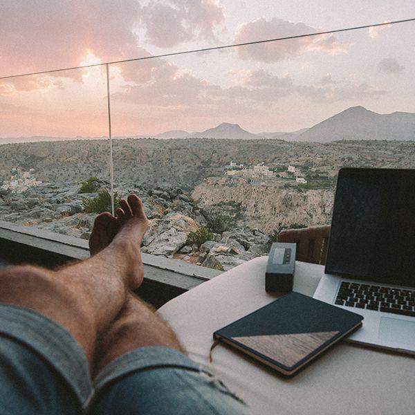 Ein Mann sitzt am Fenster und hat neben sich das Ocean Notizbuch