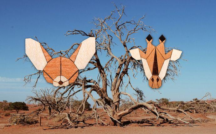 Die Giraffen und Wüstenfuchs Holzbrosche in der Landschaft Afrikas