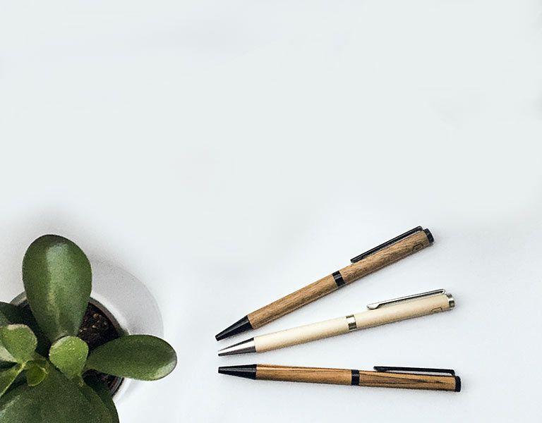 Bleistifte und Kugelschreiber