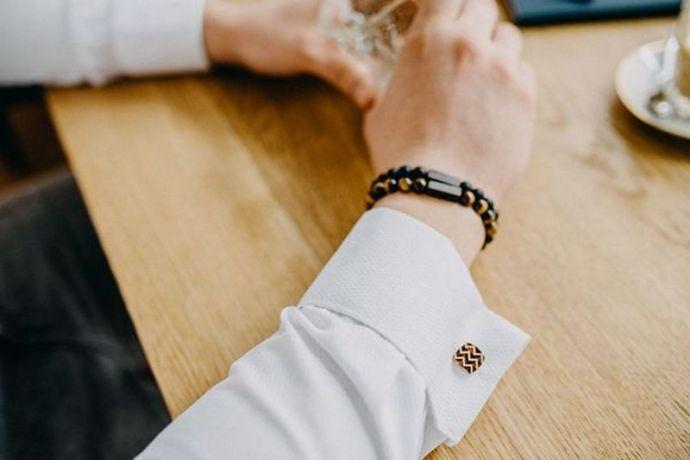 Mann trägt Set aus Armband und Manschettenknopf