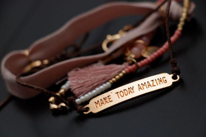 """Ein graviertes Armband mit der Aufschrift """"MAKE TODAY AMAZING"""""""